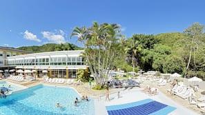 3 piscinas internas, 3 piscinas externas, guarda-sóis