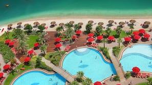 Plage privée, chaises longues, parasols, plongée sous-marine