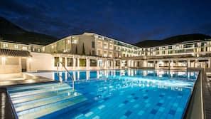 Een binnenzwembad, een buitenzwembad, gratis zwembadcabana's
