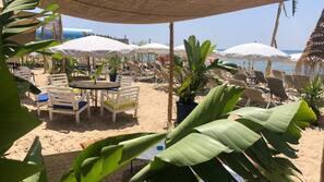 Privat strand i närheten, solstolar, parasoller och strandbar