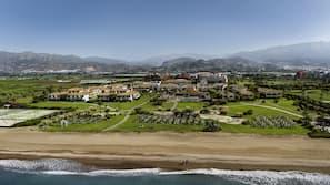 Plage, chaises longues, parasols, massages sur la plage