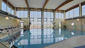 Indendørs pool, åben fra kl. 07.00 til kl. 22.00, liggestole
