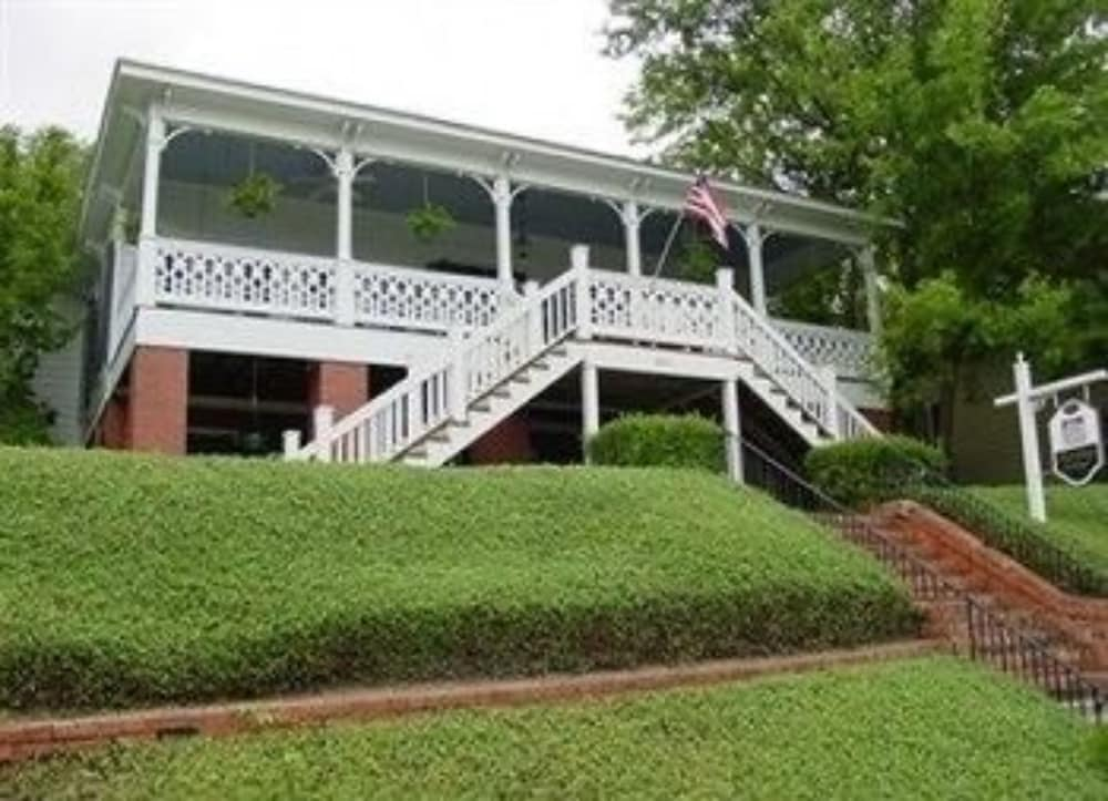 Red Bluff Cottage Bed & Breakfast in Montgomery | Hotel Rates ...