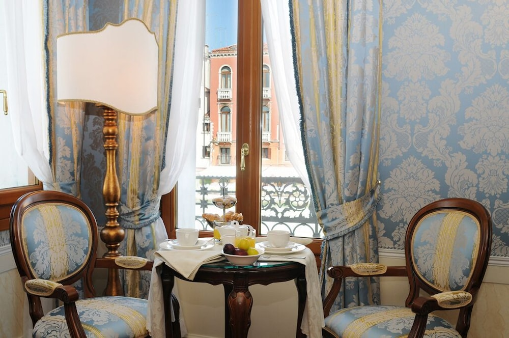 In-Room Dining, Hotel Canal Grande