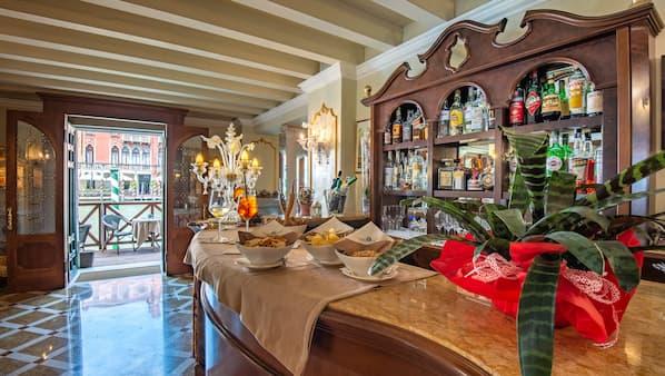 Al fresco dining, open daily