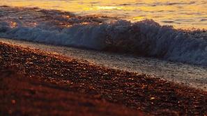 Plage à proximité, sable noir