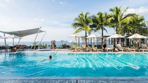 2 개의 야외 수영장, 10:00 ~ 20:00 오픈, 수영장 파라솔, 일광욕 의자