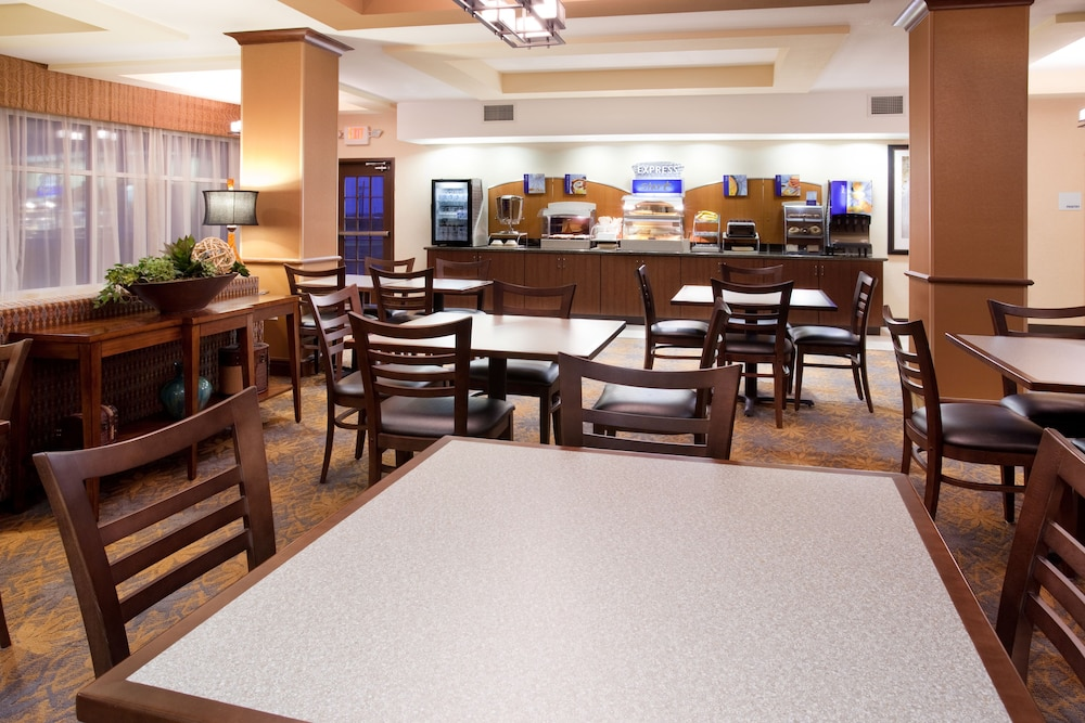 Restaurant, Holiday Inn Express Hotel & Suites LAMAR, an IHG Hotel
