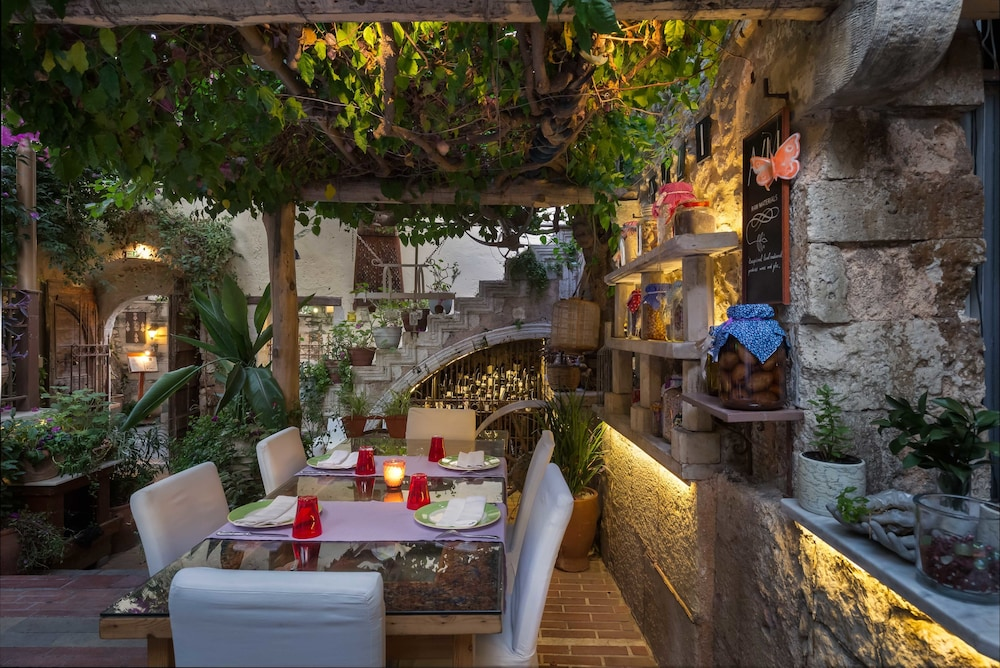 Outdoor Dining, Avli Lounge Apartments