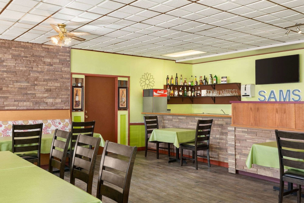 Restaurant, Travelodge by Wyndham Dawson Creek
