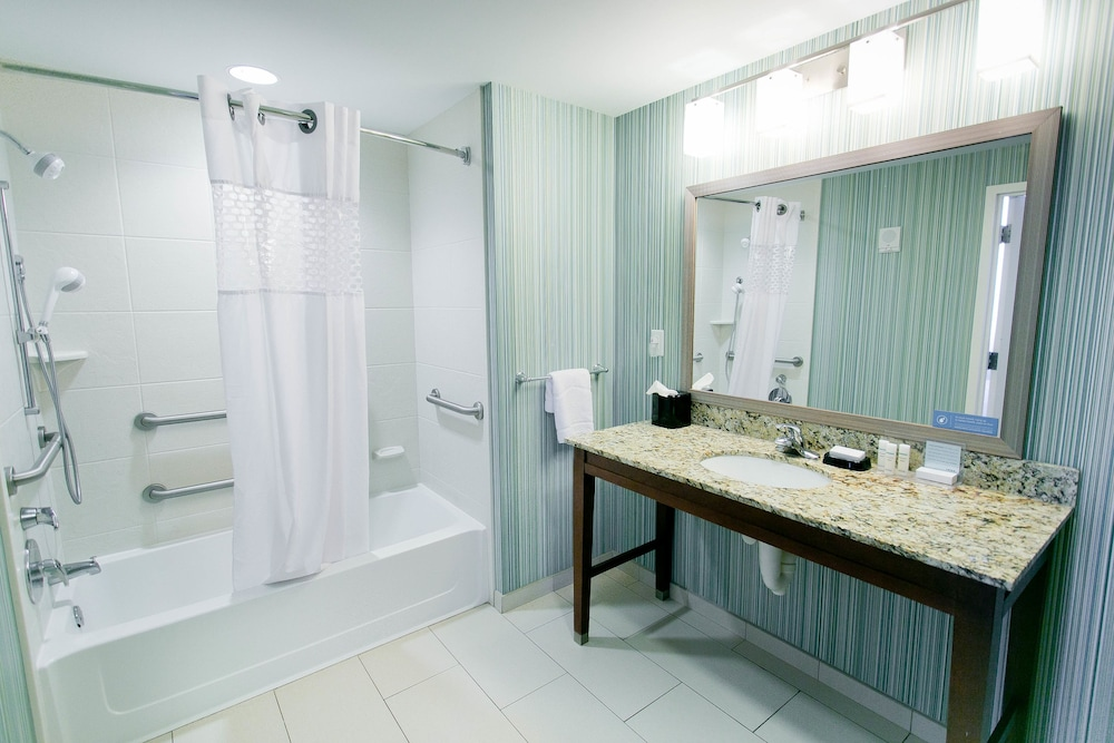 Bathroom, Hampton Inn & Suites Orange Beach/Gulf Front