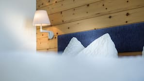 書桌、免費 Wi-Fi、床單、鬧鐘