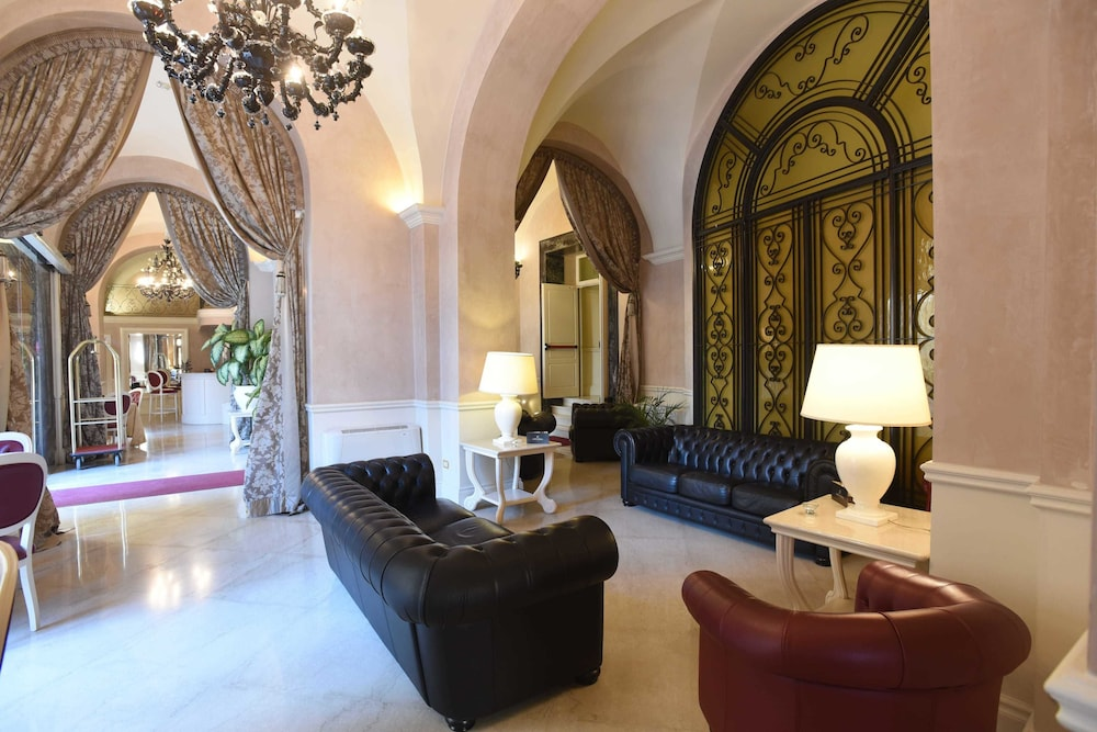Book suite hotel santa chiara lecce hotel deals for Hotel meuble santa chiara suite naples