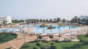 Una piscina cubierta, 3 piscinas al aire libre, sombrillas
