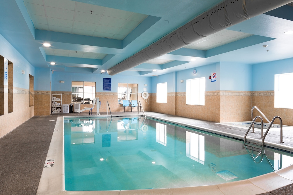 Pool, Holiday Inn Express & Suites Seattle North - Lynnwood