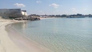 Una spiaggia nelle vicinanze, sabbia bianca, pesca