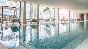 Een binnenzwembad, parasols voor strand/zwembad