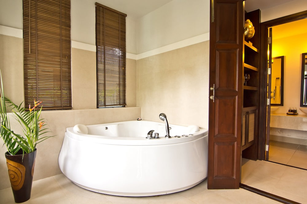 Deep Soaking Bathtub, Anyavee Tubkaek Beach Resort