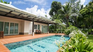 2 個室外泳池;泳池傘
