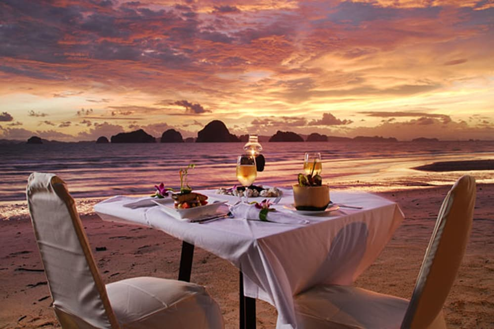 Couples Dining, Anyavee Tubkaek Beach Resort