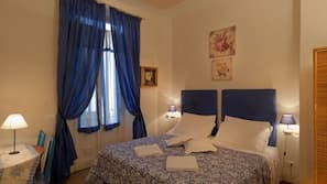 Escritorio, camas supletorias (de pago), wifi gratis y ropa de cama