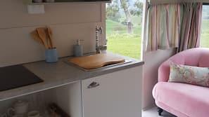 冰箱、炉灶、电热水壶、厨具/餐具
