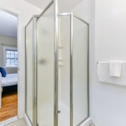 Stylish 2br/2ba Apt in Beacon Hill by Domio