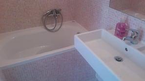 Baignoire relaxante profonde, douche à «effet pluie», bidet