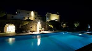 Una piscina al aire libre de temporada (de 8:00 a 19:00), tumbonas