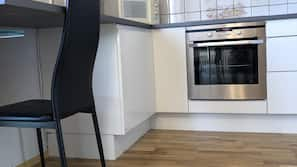 Køleskab/fryser i fuld størrelse, mikrobølgeovn, ovn, komfur