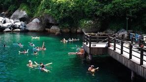 2 piscinas internas, barracas de cortesia, guarda-sóis