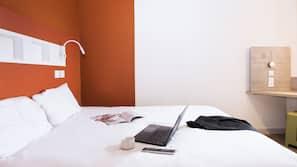 Een bureau, geluiddichte muren, gratis babybedden, gratis wifi