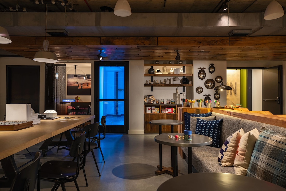 Breakfast Area, Moxy Washington, DC Downtown