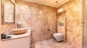 Dusche, kostenlose Toilettenartikel, Haartrockner, Hausschuhe