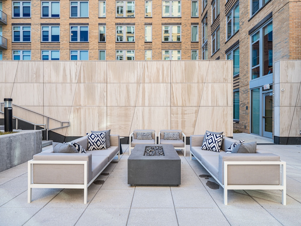 Sundeck, Global Luxury Suites Crystal City