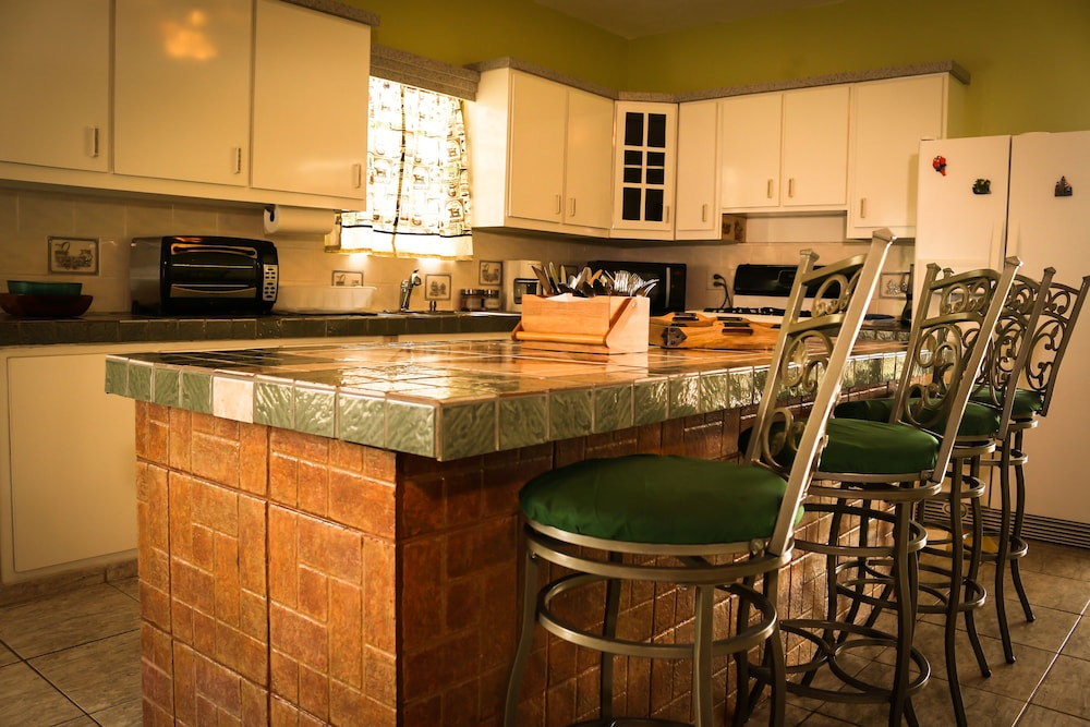 Private Kitchen, Large Lakeview Mountain Home (Sleeps 1-45)