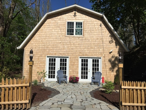 Cozy Lake Cottage and Just a Short Drive Into the Village of Skaneateles!