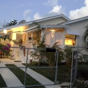 Tropical Beachside Cottage, 2 Bedroom/ac in Tropical Garden
