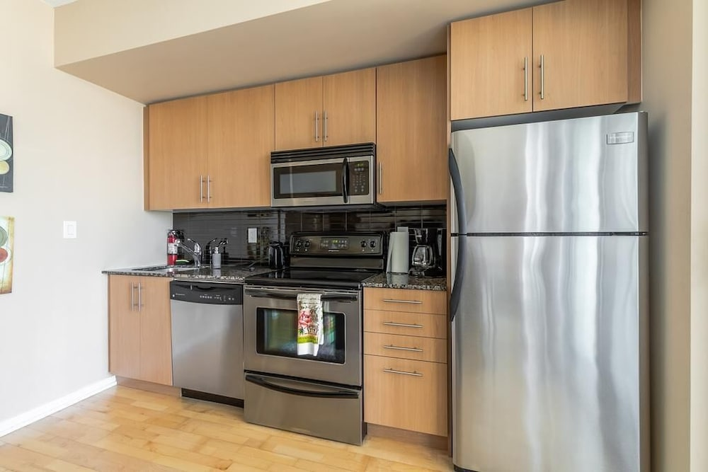 the best attitude 88cc9 a327f Downtown Toronto Luxury Fully Furnished Suite at Maple Leaf ...