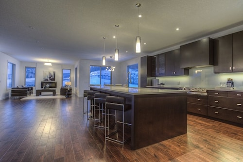 Contemporary Luxury Home Near Canada Olympic Park, Downtown, Stampede & Banff