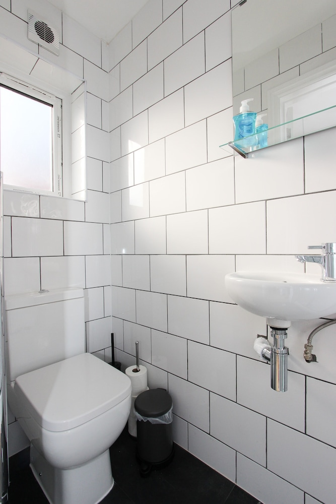Bathroom, Double Studio With Communal Garden in Wembley AD4