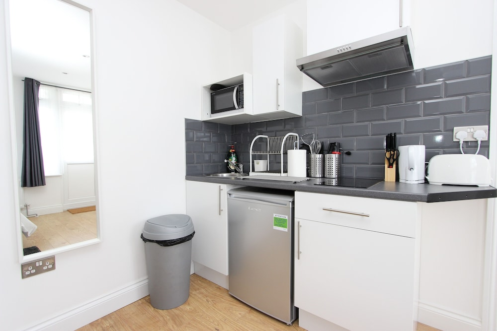 Private Kitchen, Double Studio With Communal Garden in Wembley AD7