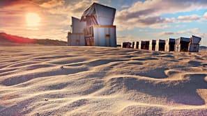 In Strandnähe, weißer Sandstrand, 5 Strandbars