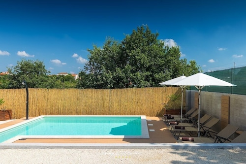 Cute Villa With Pool in Beautiful Svetvincenat