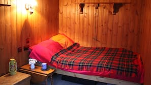 2 bedrooms, iron/ironing board, travel cot, WiFi