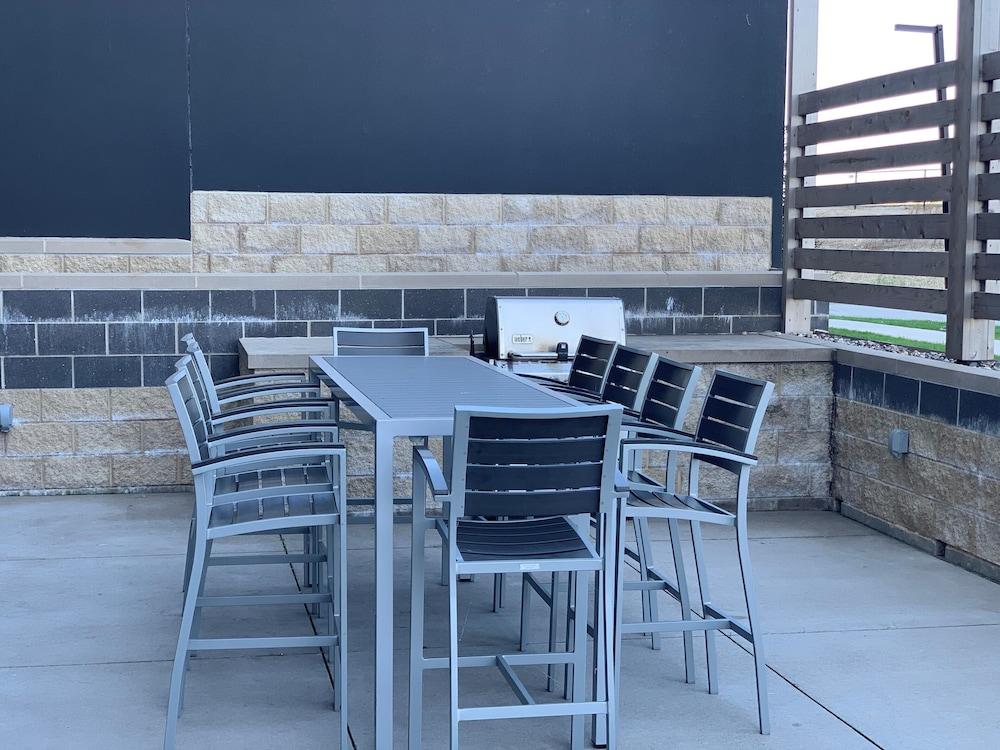BBQ/Picnic Area, Hyatt House East Moline Quad Cities