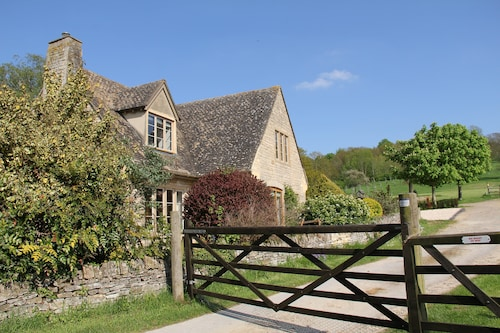 Cotswold Cottage in Historic Village of Stanton With Views Over Open Fields