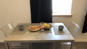 Réfrigérateur, micro-ondes, plaque de cuisson, cafetière/bouilloire