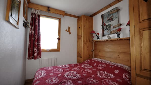2 bedrooms, in-room safe, iron/ironing board, cribs/infant beds