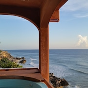 Relaxing, Affordable Ocean Front 4 Bdrm 3 bth + Pool + Jacuzzi + Amazing Views!!